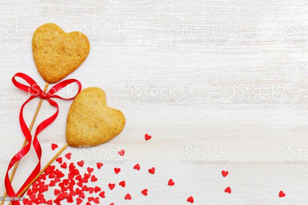 Hausgemachte Kekse auf einem Stick in Form von Herzen auf einem weißen Hintergrund Holz – Foto