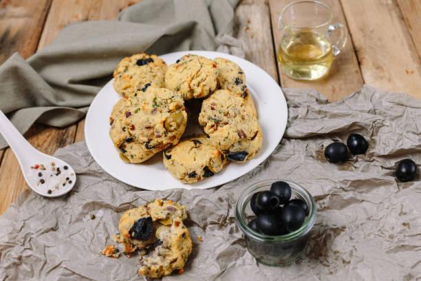 hausgemachte kekse mit oliven - frucht pizza cookies stock-fotos und bilder