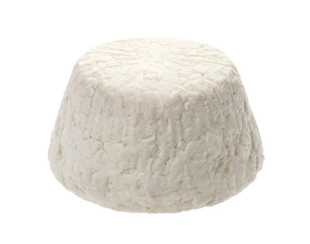 hausgemachte hütte käse, quark ostern isoliert auf weißem hintergrund - ricotta stock-fotos und bilder