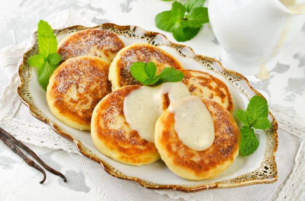 hausgemachter hüttenkäse pfannkuchen mit vanillesauce - quarkspeise stock-fotos und bilder