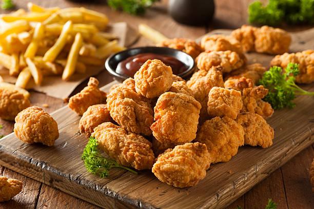 casa di pollo croccante popcorn - pangrattato preparazione degli alimenti foto e immagini stock