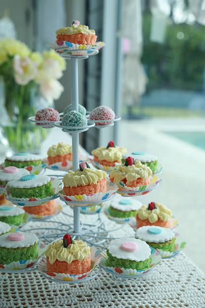 hausgemachten stippkuchen auf kuchenstand - cupcake türme stock-fotos und bilder