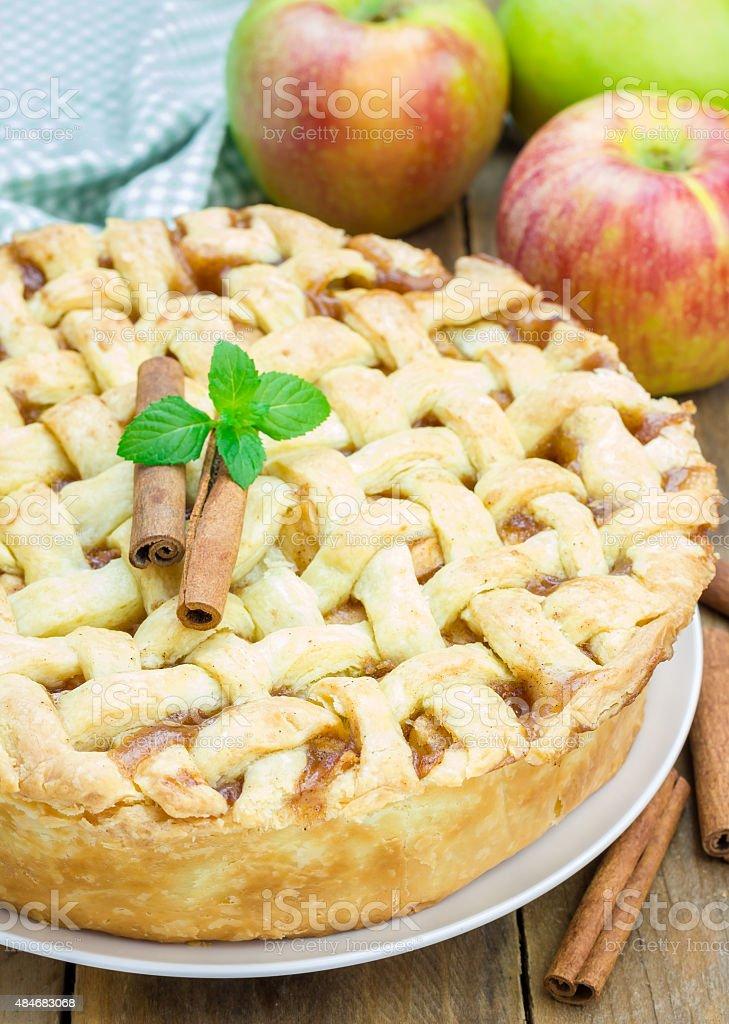 Caseras delicioso pastel de manzana con patrón de celosía - foto de stock