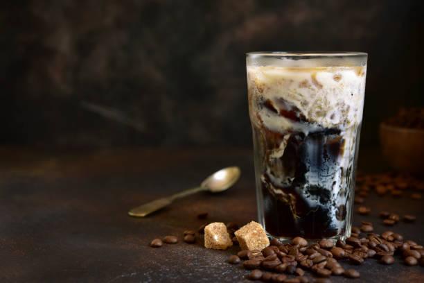 Hausgemachte leckere Eistee in einem hohen Glas – Foto