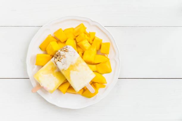hausgemachte entgiftung beeren eis am stiel, gesunden snack konzept - mango eis am stiel stock-fotos und bilder