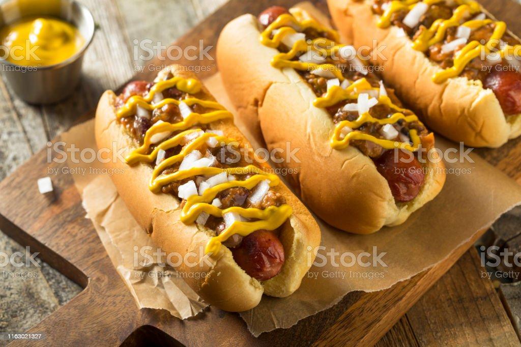 Homemade Detroit Style Chili Dog - Zbiór zdjęć royalty-free (Barbecue)