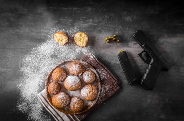 selbstgemachte donuts mit zucker und pistole - apfelweinkuchen stock-fotos und bilder