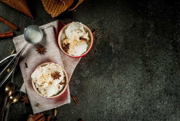 hausgemachter eierlikör-eis - hausgemachtes vanilleeis stock-fotos und bilder