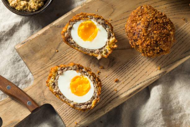 hausgemachte englische scotch eggs - schottische kultur stock-fotos und bilder