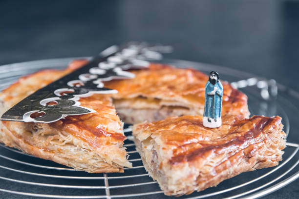 maison épiphanie du roi gâteau pâtissier français gros plan avec couronne traditionnel sur papier doré pour la célébration en janvier - galette des rois photos et images de collection