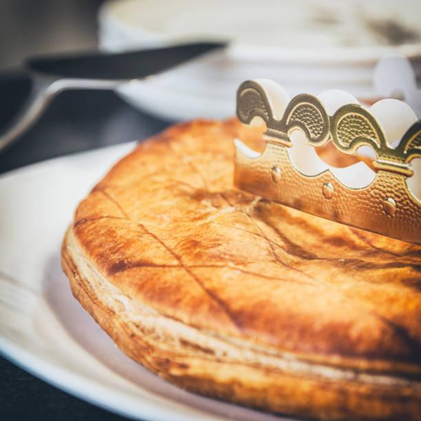 maison épiphanie du roi gâteau pâtisserie gros plan avec couronne traditionnelle papier or - galette des rois photos et images de collection