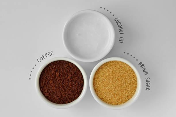 hausgemachte gesicht peeling gemacht aus kokosöl, kaffeepulver und braunem zucker - kaffeepeeling stock-fotos und bilder