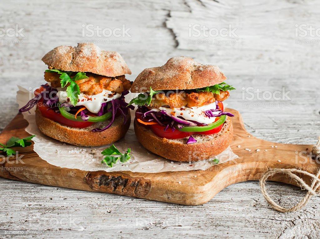 Hausgemachte Fisch Burger Auf Einem Leichten Rustikalen Holzboard