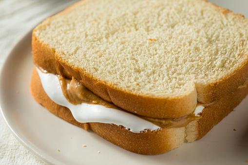 homemade-fluffernutter-marshmallow-peanut-butter-sandwich-picture-id955128702 (509×339)