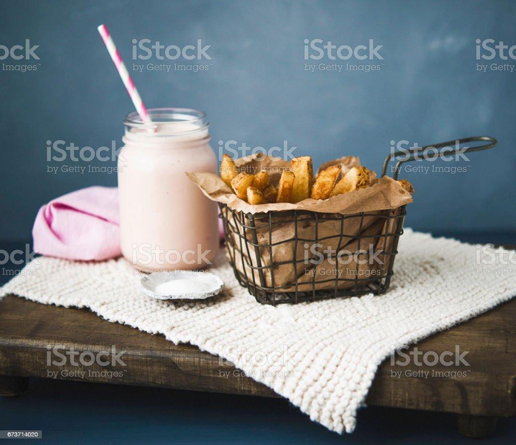 Hausgemachte Pommes Frites und Milchshake – Foto