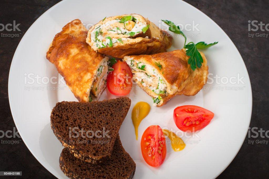 코 티 지 치즈, 허브, 토마토와 수 제 프랑스 오믈렛. 오래 된 검은 소박한 배경. 상위 뷰 - 로열티 프리 0명 스톡 사진