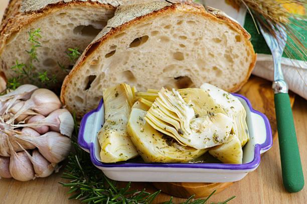 Homemade fresh italian bread and artichokes in brine with spices - foto stock