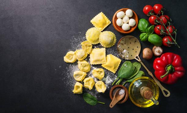 pasta fresca hecha en casa del italiano ravioli - comida italiana fotografías e imágenes de stock