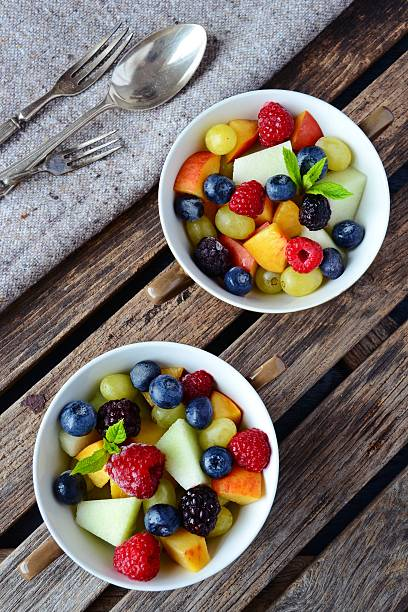 homemade fruit and berry salad. healthy dessert - fruit salad - fotografias e filmes do acervo