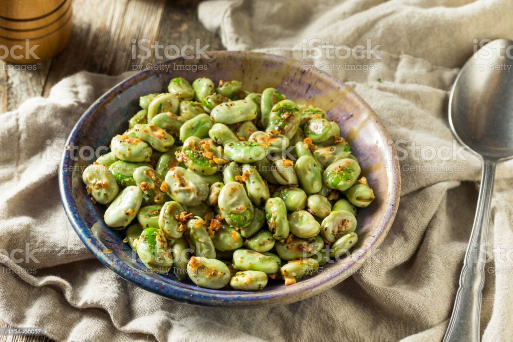 Homemade Garlic Sauteed Fava Beans - Foto stock royalty-free di Agricoltura