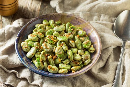 Homemade Garlic Sauteed Fava Beans - Fotografie stock e altre immagini di Agricoltura