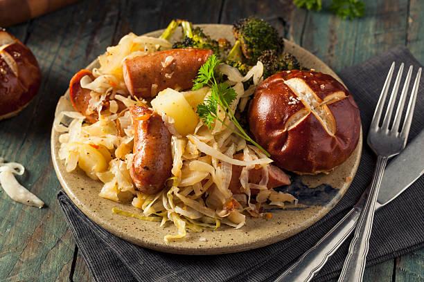 homemade german sausage and sauerkraut - bratwurst mit sauerkraut stock-fotos und bilder