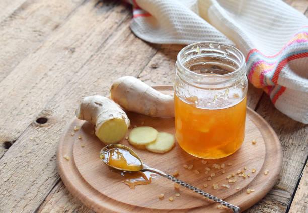 hausgemachte ingwer und zitrone marmelade auf hölzernen hintergrund. natürliche produkte zur unterstützung des immunsystems im winter. kräutermedizin, gesunde ernährung. - ingwermarmelade stock-fotos und bilder