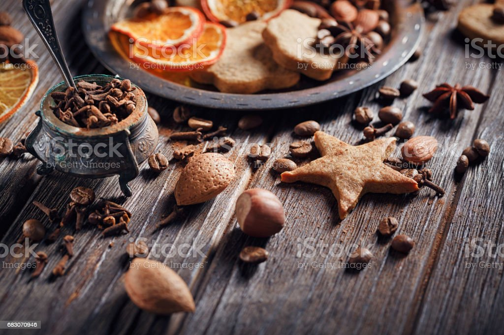 Homemade gingerbread cookies, spices and decorations foto de stock royalty-free