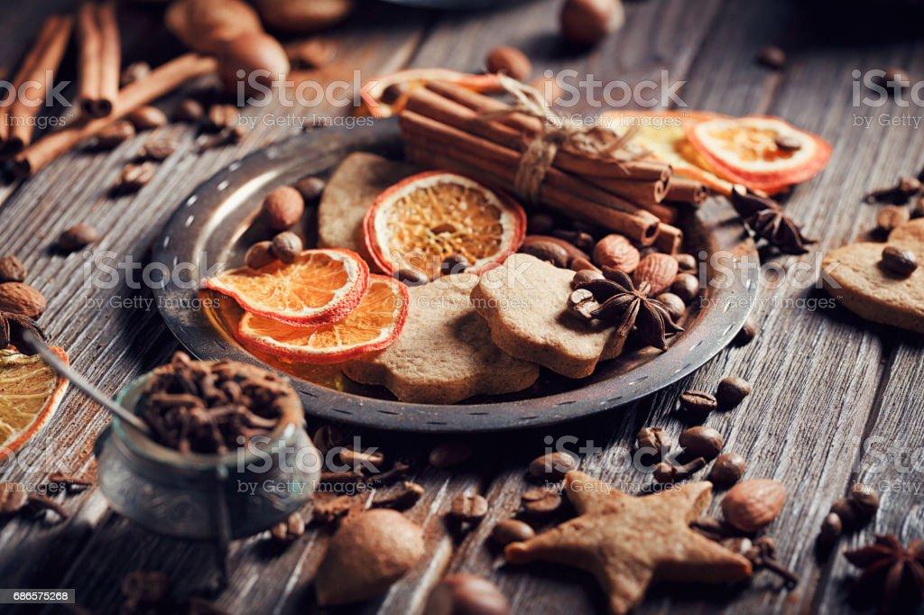 Décorations, les épices et les biscuits de pain d'épice maison photo libre de droits