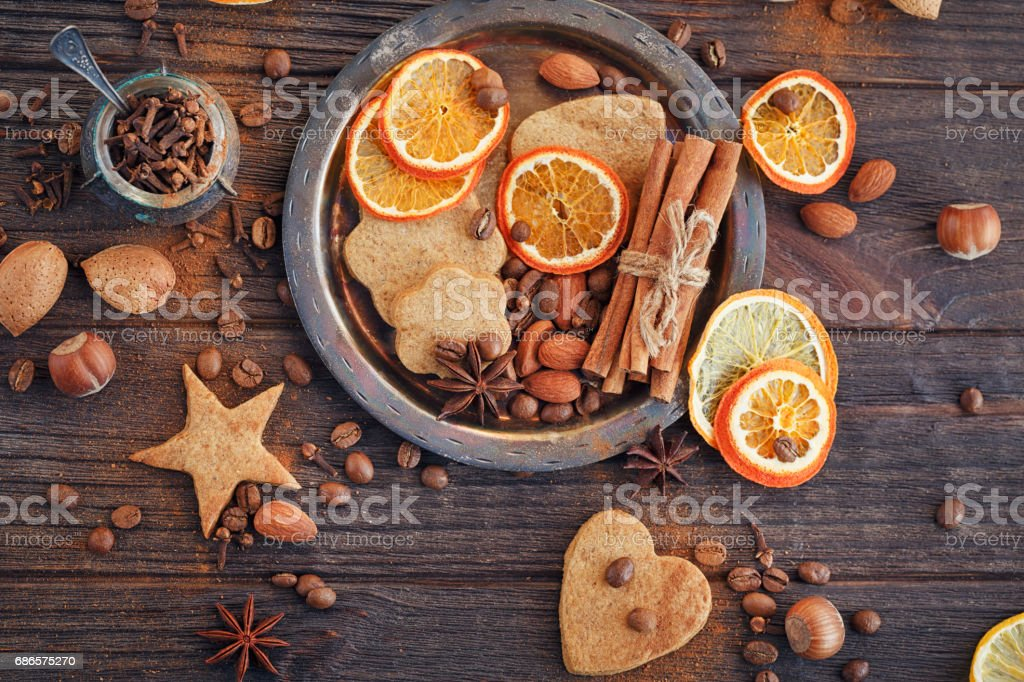 Homemade gingerbread cookies, spices and decorations foto stock royalty-free
