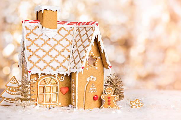 homemade gingerbread house - speculaas stockfoto's en -beelden