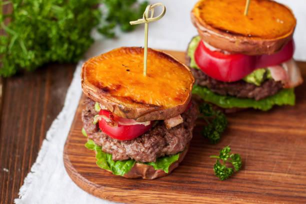 hamburguesa libre gluten casero con batata, carne de res, guacamole - dieta paleolítica fotografías e imágenes de stock