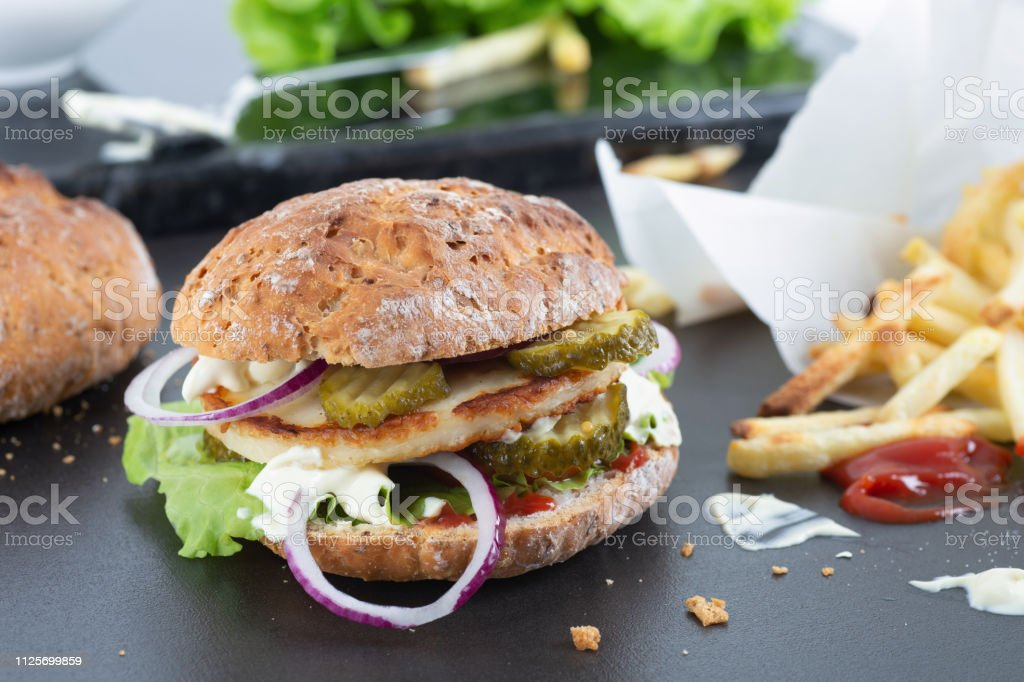 Hemmagjord glutenfri Halloumi burgare bildbanksfoto
