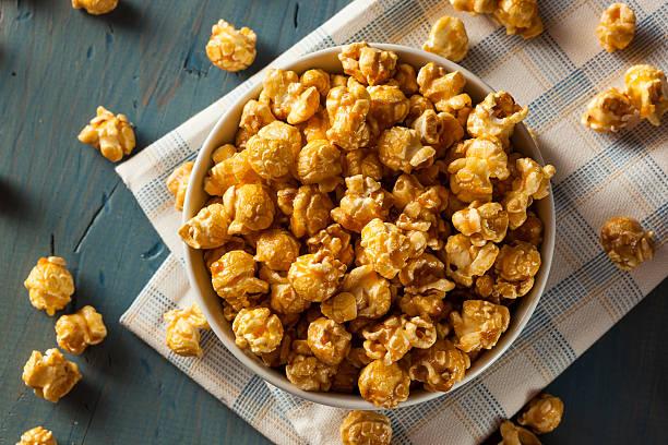 Popcorn al caramello fatto in casa dorata - foto stock