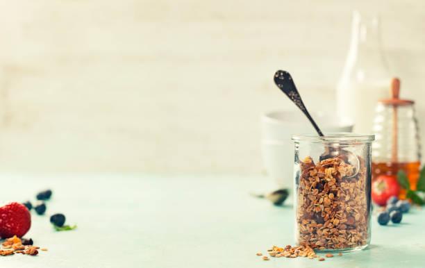 hausgemachtem müsli-frühstück - haferflocken rosinen stock-fotos und bilder
