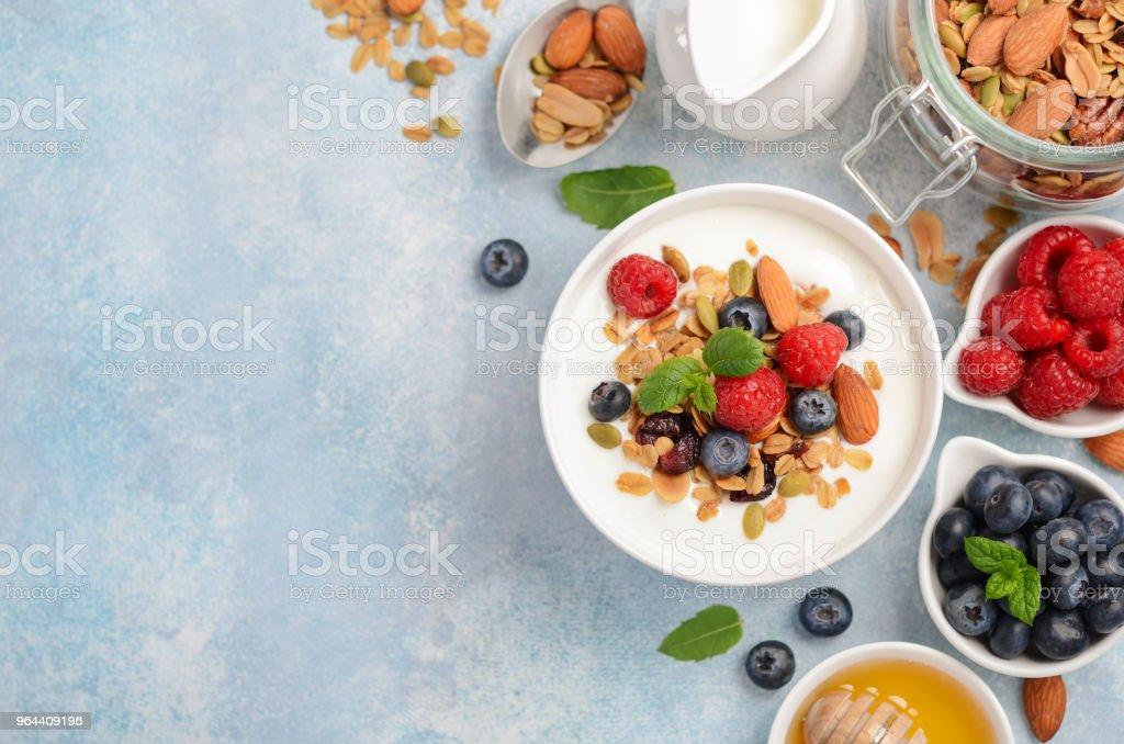 Zelfgemaakte muesli met yoghurt en verse bessen, gezond ontbijt concept. - Royalty-free Achtergrond - Thema Stockfoto