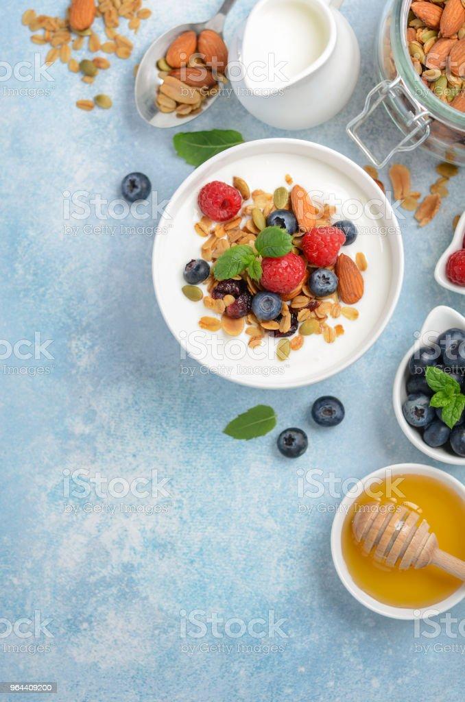 Granola caseira com iogurte e frutas frescas, o conceito de pequeno-almoço saudável. - Foto de stock de Alimentação Saudável royalty-free