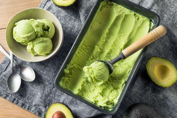 ev yapımı yeşil organik avokado dondurma - ice cream stok fotoğraflar ve resimler