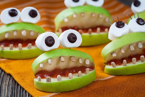 hausgemachte halloween gruseligen monster natürlichen vegetarische speisen snack. feier party - halloween party lebensmittel stock-fotos und bilder