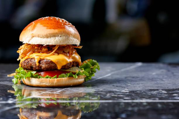 mermer arka plan üzerinde ev yapımı hamburger - cheeseburger stok fotoğraflar ve resimler