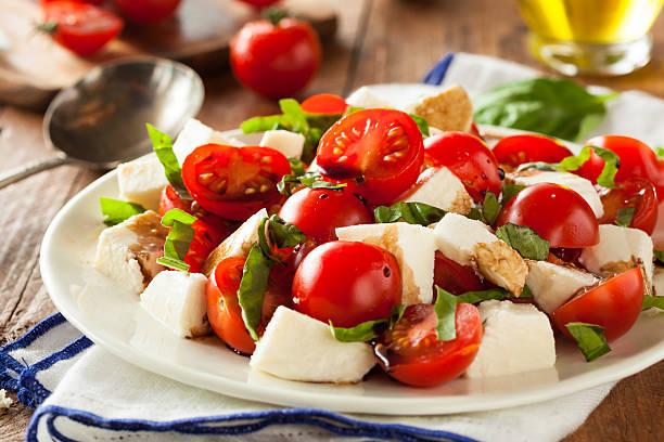 hausgemachte gesunde caprese-salat - caprese salat stock-fotos und bilder