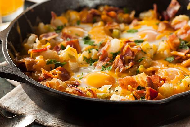 hausgemachte herzhaftes frühstück pfanne mit kartoffeln und speck - kartoffel frittata stock-fotos und bilder