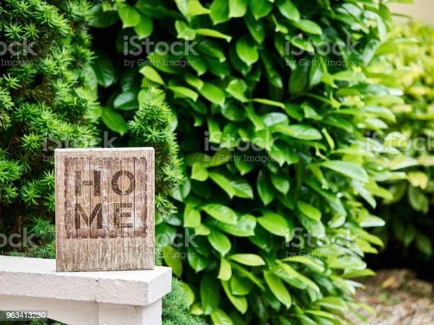 Domowy Znak Domowy Z Zielonym Ogrodem W Tle - zdjęcia stockowe i więcej obrazów Miasto rodzinne