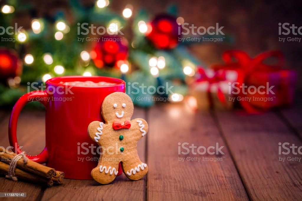 Hemlagad varm choklad mugg och pepparkaks kaka på julbordet - Royaltyfri Bildserie Bildbanksbilder