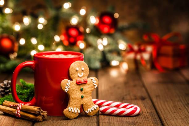 Hausgemachte heiße Schokolade Becher und Lebkuchen Kekse auf Weihnachtstisch – Foto