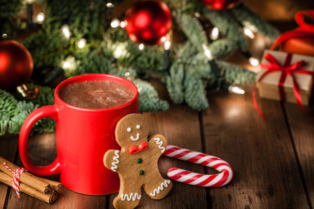 homemade hot chocolate mug and gingerbread cookies on christmas table - cioccolata foto e immagini stock