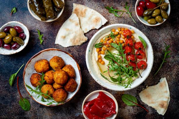 Hausgemachter Hummus mit gerösteten Kirschtomaten und Pita-Brot. Traditionelle und authentische Arab-Küche aus dem Nahen Osten. Top Ansicht, flache Lage, Overhead – Foto