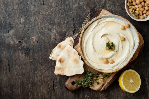 Hausgemachter Hummus mit Olivenöl, Thymianöl. Nahen Osten traditionelle und authentische arabische Küche. Ansicht von oben flach legen, overhead – Foto