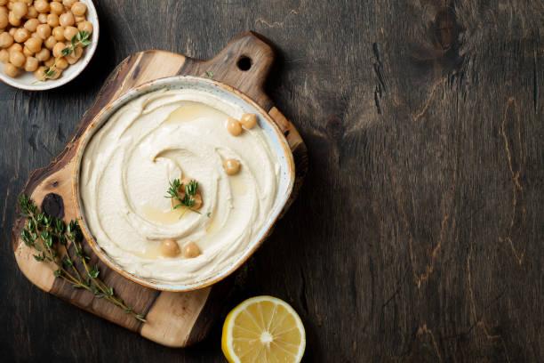 Hausgemachter Hummus mit Thymian, Olivenöl. Traditionelle und authentische Arab-Küche aus dem Nahen Osten. Top Ansicht, flache Lage, Overhead – Foto
