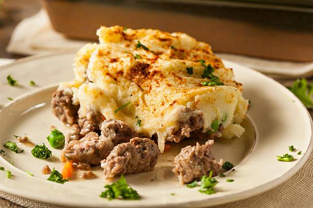 hausgemachte irische shepherd's pie - gemüseauflauf mit hackfleisch stock-fotos und bilder
